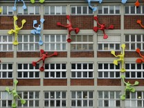 Flossis klettern an Gebäude