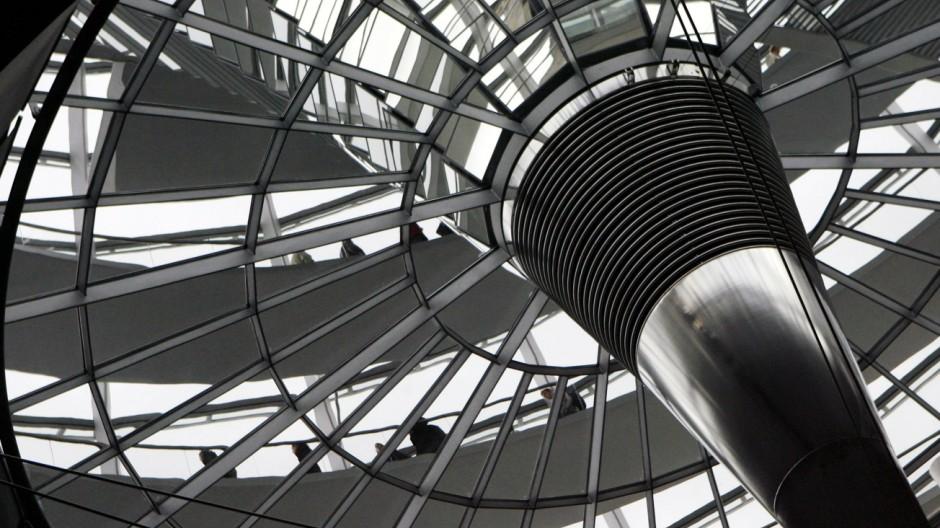 Besucher in der Reichstagskuppel in Berlin