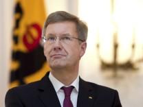 Bundespraesident Wulff nimmt Wohlfahrtsmarken 2012 entgegen