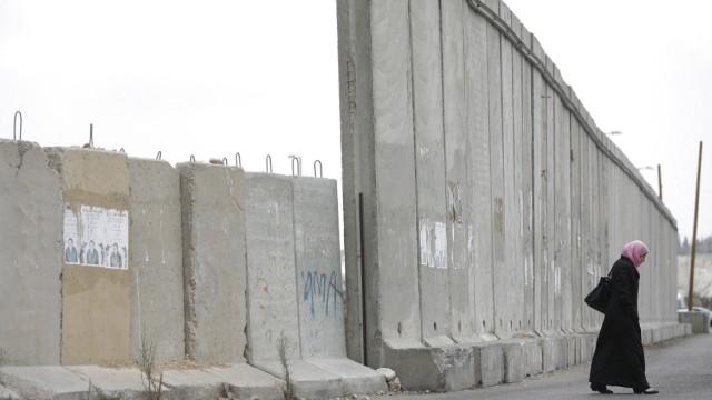 Palästinenserin an Sperrmauer in Ramallah