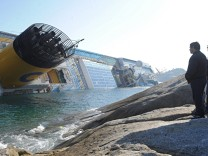 Cruise ship runs aground off Giglio