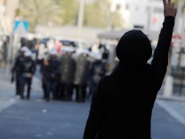 Stand-off between police and opposition supporters in the Bahrain