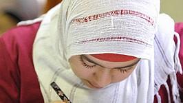 Mädchen mit Kopftuch, dpa