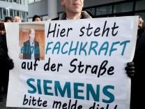 Mitarbeiter von Nokia Siemens Networks demonstrieren gegen Stellenabbau