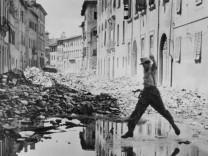 SS-Soldat in einer italienischen Ortschaft im Jahre 1944