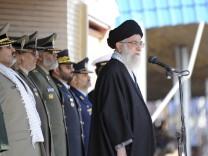 Ayatollah Chamenei bei einer Rede mit Militärs