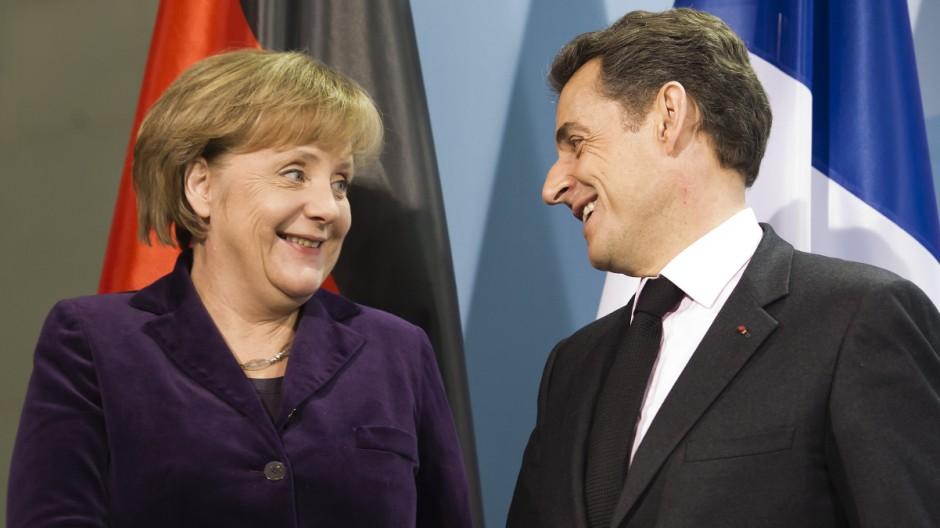 Merkels Wahlkampfhilfe fuer Sarkozy stoesst in Frankreich auf Kritik