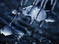 Bruck: 'Eis-Kunstwerke' an der Amper / Amper-Bruecke