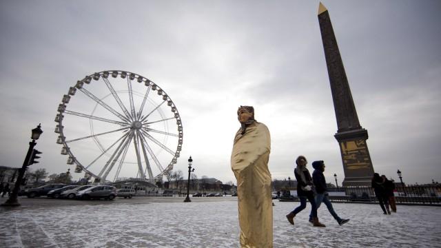 Paris snowfall during sub-freezing winter weather