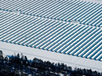 Verschneites Photovoltaik-Kraftwerk