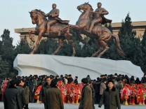 Bizarrer Personenkult: neues Reiterstandbild der toten Diktatoren Kim Jung Il und dessen Vater Kim Jong Sung