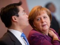 Kabinett Bundeskanzlerin Angela Merkel (CDU) mit Wirtschaftsminister Philipp Rösler (FDP)