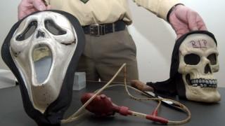 Totenkopfmaske und Tatwaffe des mutmaßlichen Mörders der zwölfjährigen Vanessa Gilg, 2003