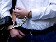 Randalierer im Flugzeug musste abgeführt werden, Symbolfoto Handschellen, ddp