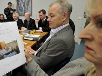 Pensionierter Polizeibeamter mit Familie vor Gericht