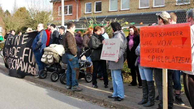 Demo gegen verurteilten Sex-Täter in Nordfriesland