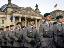 Bundeswehr-Rekruten beim Gelöbnis vor dem Reichstag
