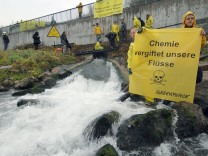 Greenpeace-Aktion gegen Chemikalien-Einleitung in Fluss