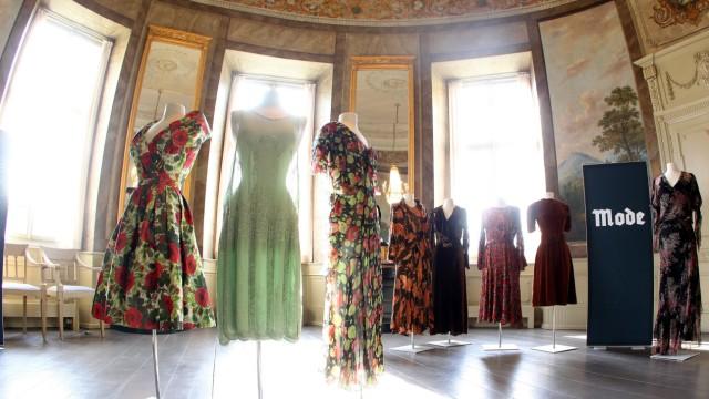 Mode Ausstellung Glanz Und Grauen Modetrend Hj Frisur Kultur