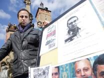 Iranische Flüchtlinge vor Wuerzburger Rathaus im Hungerstreik