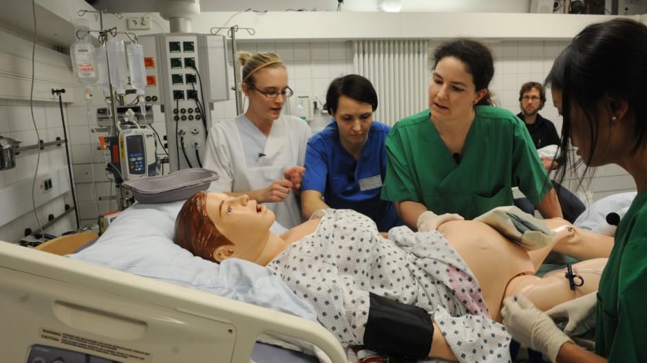 Hebamme Simulation einer Geburt