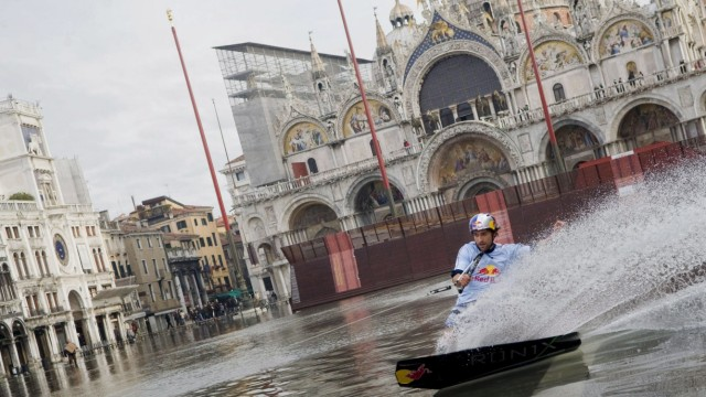 Hochwasser in Venedig - Wakeboarding auf dem Markusplatz