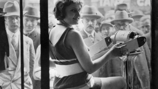 Präsentation eines Schlankheitstrainers in einem Schaufenster, 1931