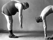 Diät, Abnehmen: Zwei Männer bei der Gymnastik