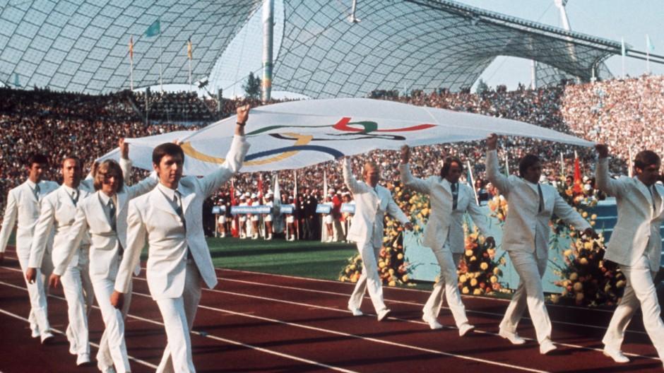 Olympische Spiele in München 1972: Ruder-Achter trägt Olympische Fahne bei Eröffnungsfeier