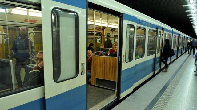 Mann stirbt nach Sturz aus U-Bahn