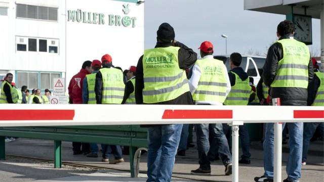 Gekuendigte Mueller-Brot-Mitarbeiter melden sich arbeitslos