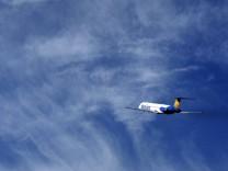Neue Gebühren fürs Handgepäck: An Allegiant Air passenger jet takes off from the Monterey airport