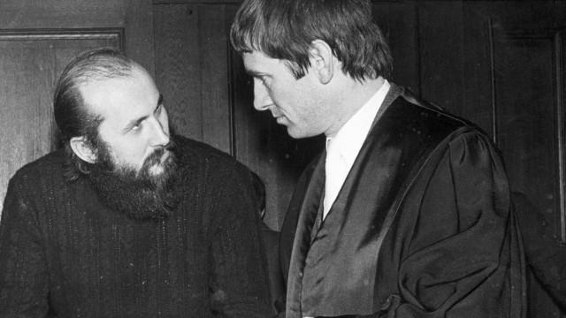 Horst Mahler im Gespräch mit seinem Rechtsanwalt Otto Schily, 1971