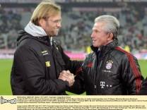 Jupp Henyckes und Jürgen Klopp begrüßen sich.