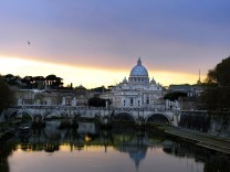 Rom, Italien: A view of St. Peter's from the Tiber river after a storm in Rome