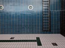 Ausgelassenes Schwimmbecken im Hallenbad Fürstenfeldbruck, 2011