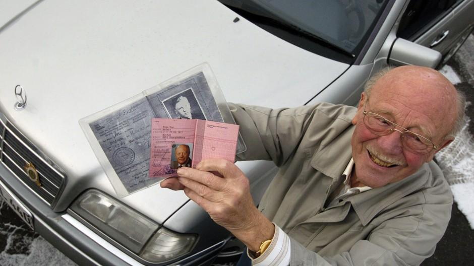Helmuth Rosellen fährt seit 70 Jahren Auto, 2005