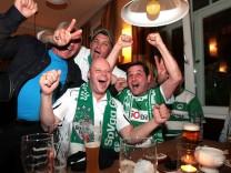 Fuerths Fans verfolgen Montagsspiel der 2. Liga am TV