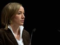 Schroeder knuepft politisches Schicksal an Nein fuer Frauenquote