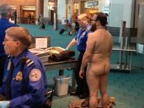 Ein Mann zieht sich aus Protest gegen den Nacktscanner am Airport in Portland aus