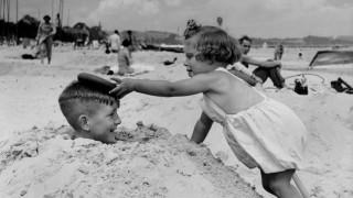Kinder spielen am Strand, 1938