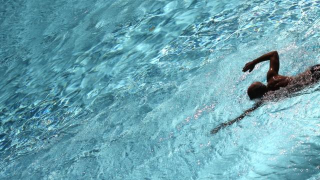 Schwimmen ist eine geeignete Sportart zum Abnehmen.