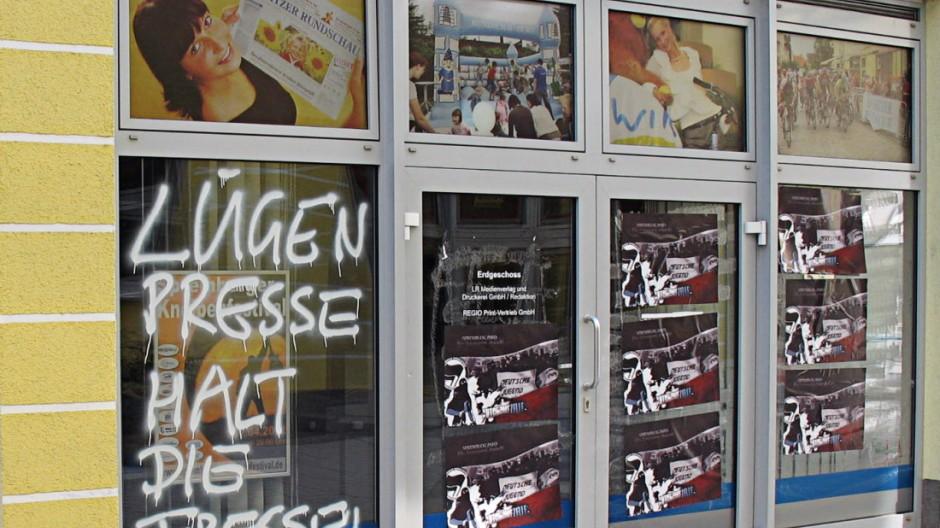 Rechtsextremismus Neonazis attackieren Lokalzeitung