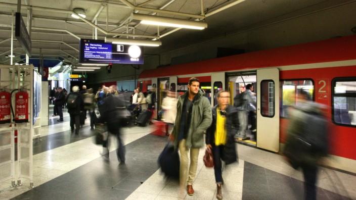 Bahn Zug Zwischen Regensburg Und Flughafen München Bayern