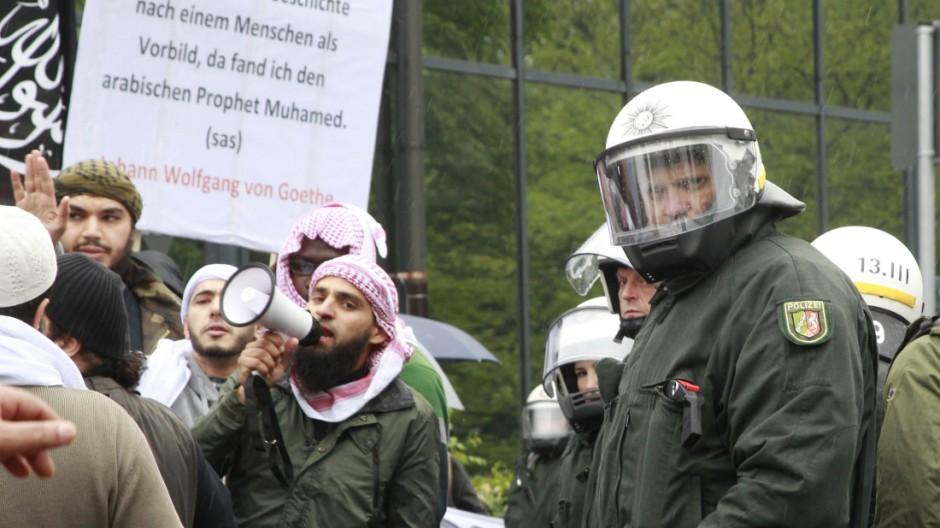 Muslime protestieren gegen Rechts
