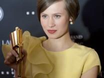 """Alina Levshin am 27. April in Berlin bei der Verleihung des Deutschen Filmpreises mit ihrer 'Lola' in der Kategorie """"Beste weibliche Hauptrolle""""."""