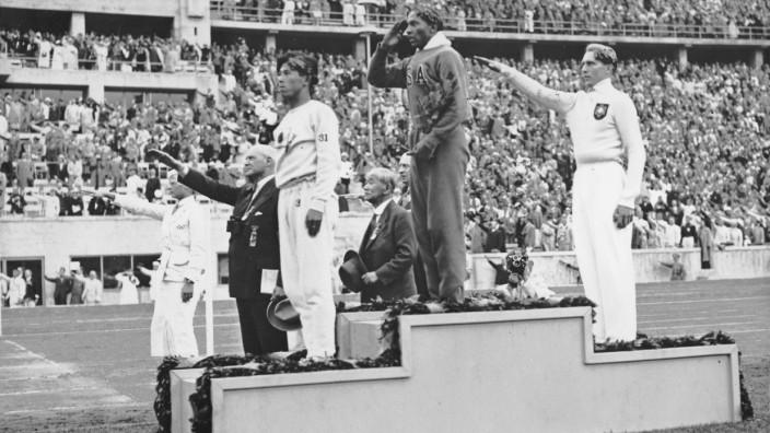 Jesse Owens, Lutz Long und NaotoTajiama bei der Siegerehrung, 1936