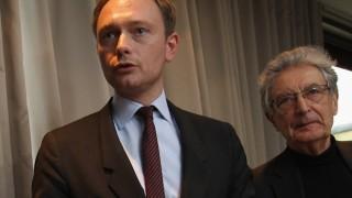 Gerhart Baum (re.) mit Christian Lindner im Landtagswahlkampf bei einem Auftritt in Düsseldorf. FDP