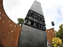 Eine Gedenkstätte am Eingang der Wiesn erinnert an die 13 Toten des Attentats von 1980.