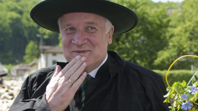 Horst Seehofer in traditioneller Schäferkleidung. Bei der Energiewende setzt der Ministerpräsident jetzt auf Gülle.